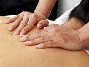 Massage californien au niveau du haut du dos
