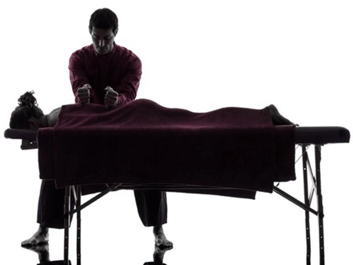Massage californien réalisé par formateur TEMANA