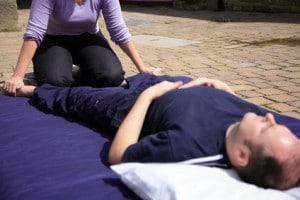une masseuse réalise une relaxation coreenne
