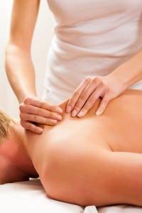 un homme reçoit un massage du dos