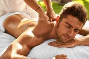 un homme reçoit un massage relaxant