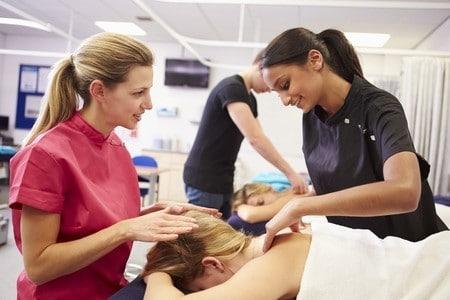 une professeure enseigne le massage
